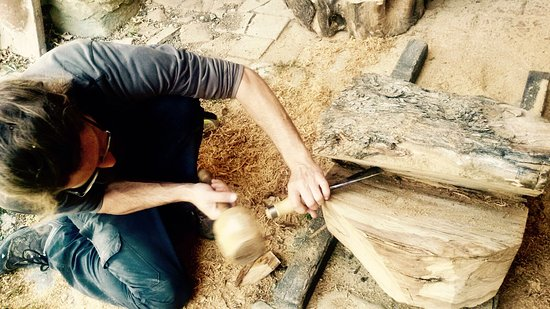 San Casciano in Val di Pesa, Italia: Working on a new olive wood sculpture