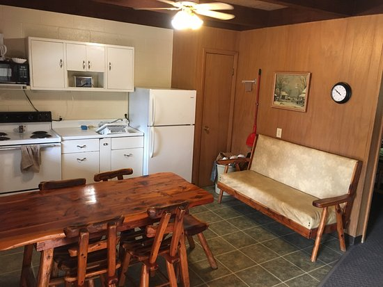 Cedar Wood Resort: Living/dining/kitchen area.