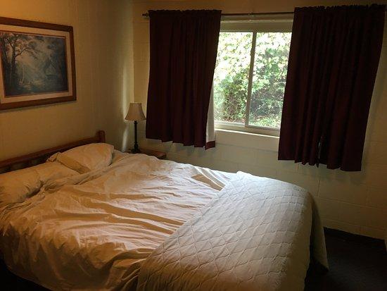 Cedar Wood Resort: Main bedroom, queen bed.