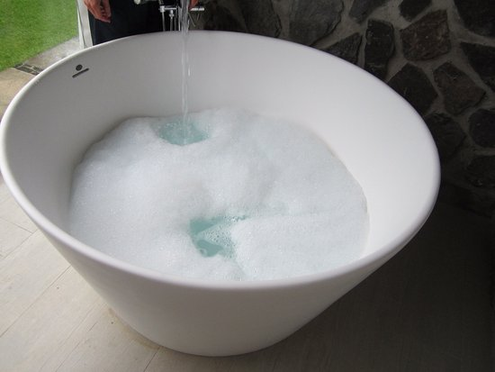 Sandals Halcyon Beach Resort: Balcony tub