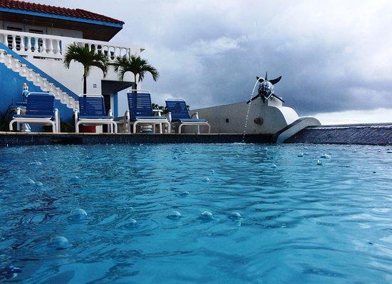 Casa La Lanchita: Rain drops hitting in the pool