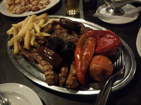 Ingenio, España: Parrilada de carne para dos...entre tres nos costó acabarla.