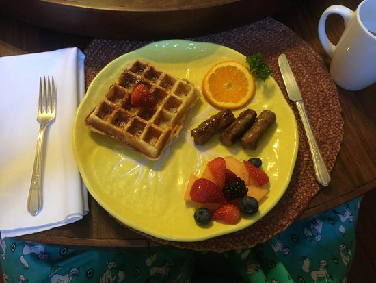 Pecan Street Inn bed and breakfast: Pecan Waffle Breakfast