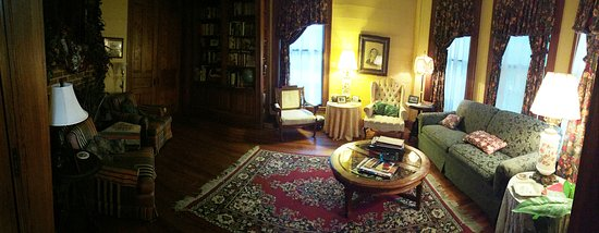 Pecan Street Inn: Sitting Room