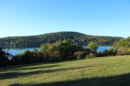 The Sachem Farmhouse Bed & Breakfast: View of the lake from front of farmhouse