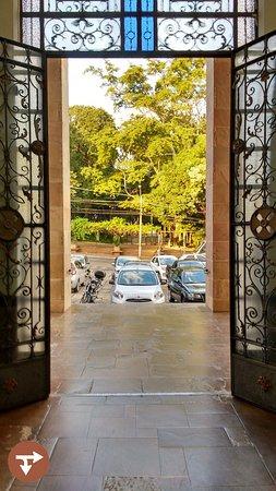 Sao Carlos, SP: Vista do portal da Catedral de frente para o Jardim