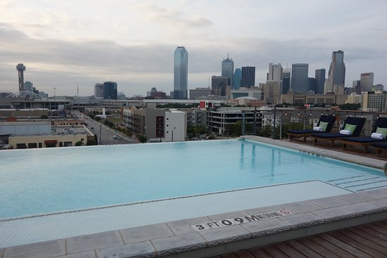 NYLO Dallas South Side: Rooftop pool and bar area