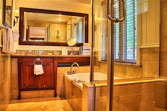 Poets Cove Resort & Spa: Cottage Master Bathroom