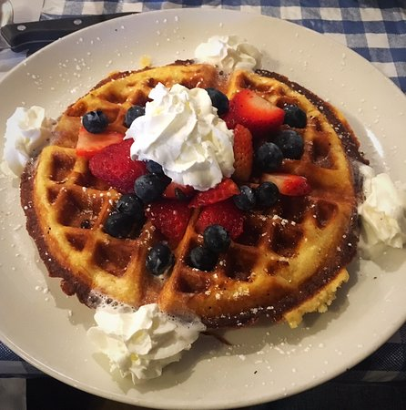 Auburn, Kalifornien: Belgian waffle with fruit