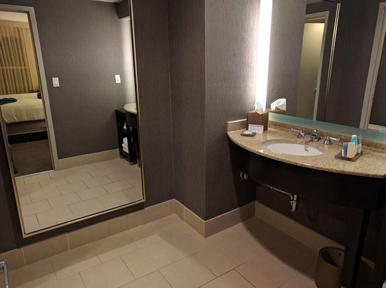 Hyatt Regency Long Island: Executive Suite Bathroom (vanity Is Its Own Room)