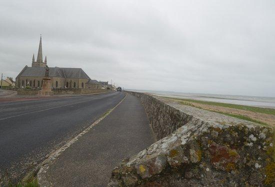 Saint-Marcouf, فرنسا: la chiesa e la spiaggia