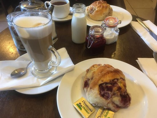 Armagh, UK: Latte and scones
