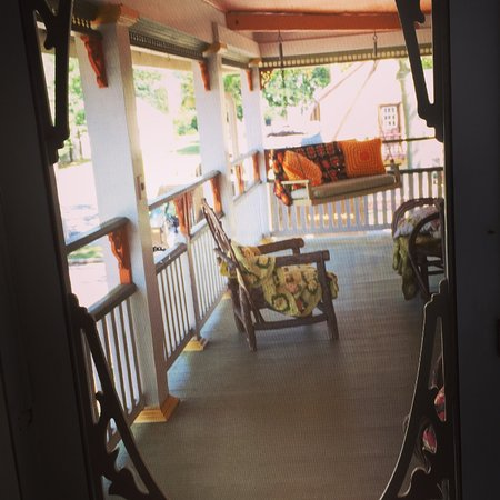 Manasquan, Nueva Jersey: upstairs wrap-around porch as seen through screen door