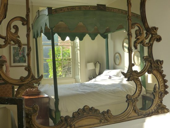 Ingoldisthorpe, UK: Wooden four-poster, viewed in the mirror