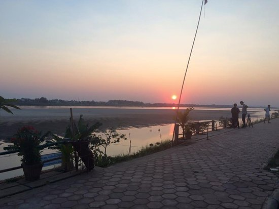 Day Inn Hotel: Mekong river sunset only minutes away