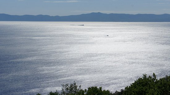 Gornji Humac, โครเอเชีย: Pločica lighthouse with Korčula island in the back, also from the path to Grapčeva Špilja