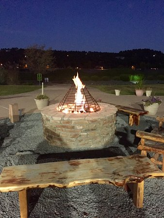 MCM Elegante Lodge & Suites: Nightly fire pit