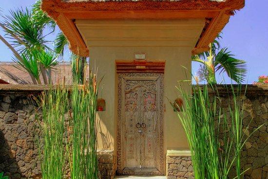 Mimpi Resort Menjangan: Entrance to Grand Courtyard Villa with Pool