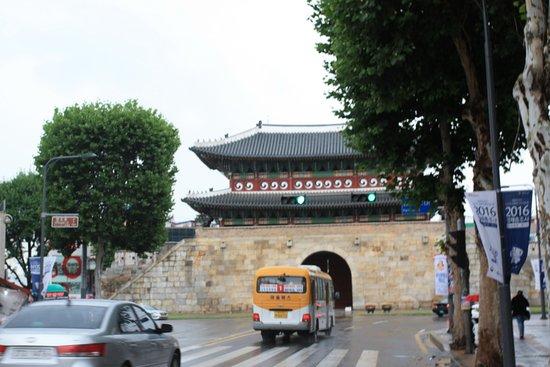 Suwon, Zuid-Korea: Снять со стороны Севера мешает трафик.