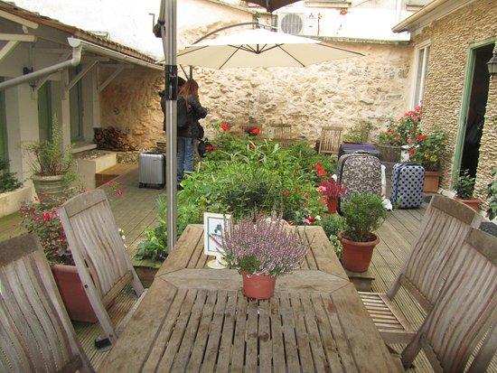 Hotel Du Moulin: уютный зеленый дворик