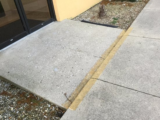 Greensburg, Ιντιάνα: space between sidewalk and door entrance is not even, a push wheelchair could not maneuver easil