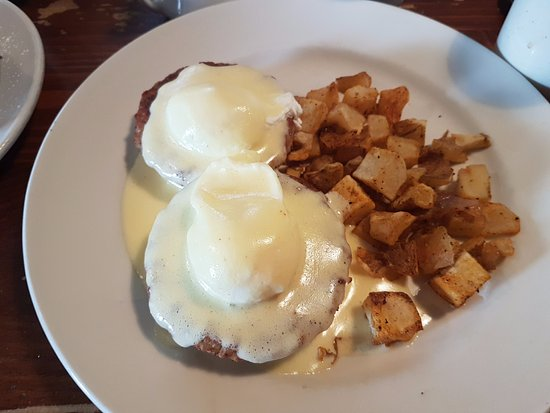 158 Main Restaurant & Bakery: eggs benny with sausage