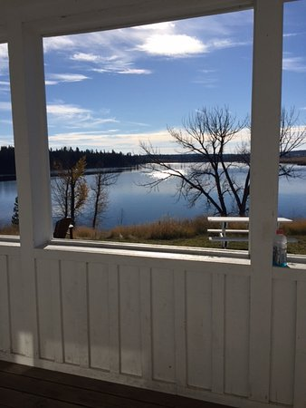 Salmon Lake Resort : Cabins have covered patios that look out on the lake.