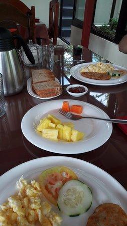 Grecia (เมืองเกรเซีย), คอสตาริกา: Desayuno: frutas, huevo al gust, tortita de papa, y tostadas. Cafe y jugo de naranja riquisimo.