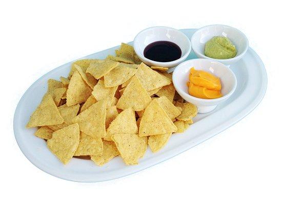 La Eliana, Espagne : Adictivos nachos con salsas