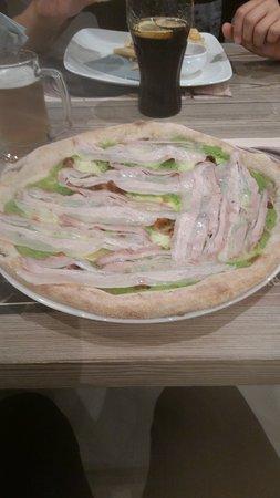 Pove del Grappa, Italia: Pizza con crema di piselli, funghi e guanciale