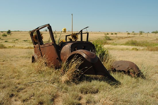 Palo Duro Canyon State Park: Cool old car on the plains outside the park