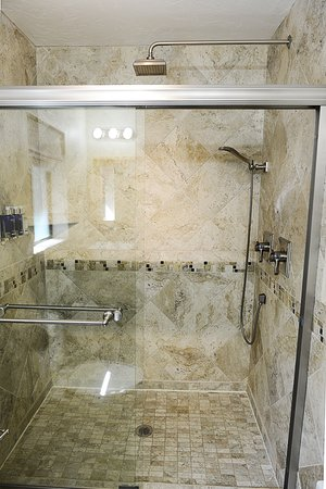 Sheridan House Inn: enjoy a refreshing rain shower when staying in Cedar room