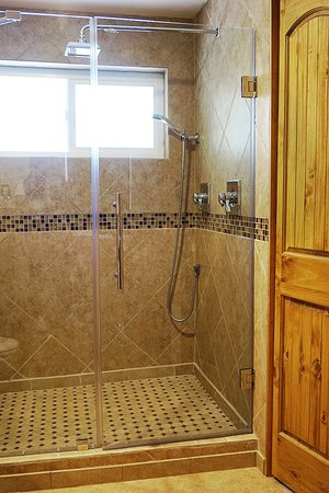 Sheridan House Inn: Our Aspen room has a spacious walk in rain shower