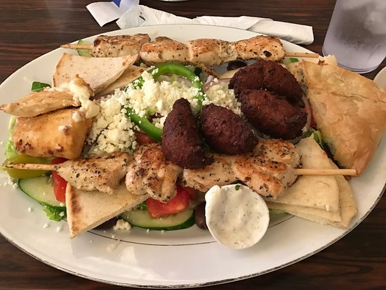 Swansboro, Carolina del Norte: Poikilia with falafel, chicken souvlaki, a Greek salad