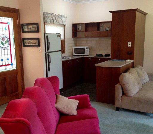 Strathalbyn, Австралия: Garden Suite View through Lounge to Kitchen