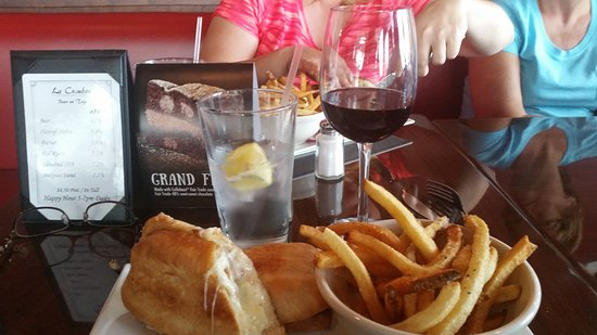 Rio Rancho, Nuevo Mexico: Delicious... Wine and the Brie and Bacon grilled cheese