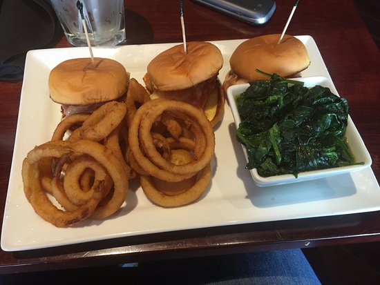Belle Vernon, Pensylwania: Chicken Parm sliders, onion rings , and spinach