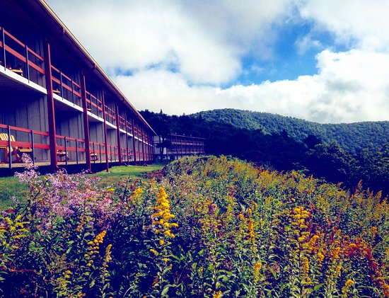 Waynesville, Karolina Północna: This is the view from the dining hall entrance and the view of the porches off of the rooms.