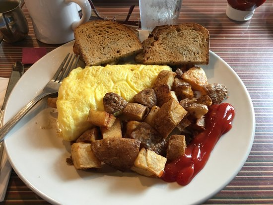 Maxi's Restaurant: Omelet with bacon, peppers and cheese, home fries and rye toast