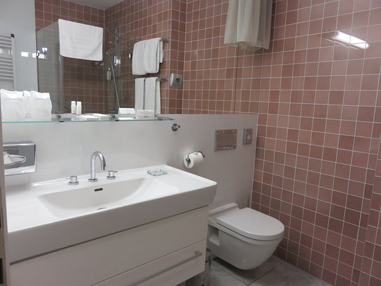 Skaritz Hotel & Residence: Large, impeccably maintained bathroom