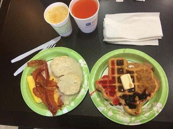 BEST WESTERN PLUS Addison Galleria Hotel: Amazing breakfast with Texas shaped crispy waffles, fruit topping, crispy bacon, yogurt machine.