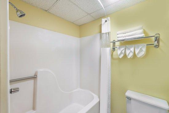 Jacksonville, IL: Bathroom