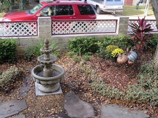The Cedar House Inn: Fountain in front yard
