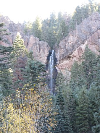 Pagosa Springs, CO : Standing next to the parking lot, we were still able to see the beautfiul waterfall.