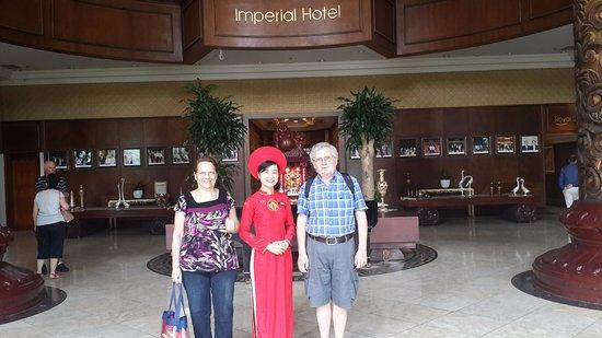 Imperial Hotel: En el loby con Nhu Quynh