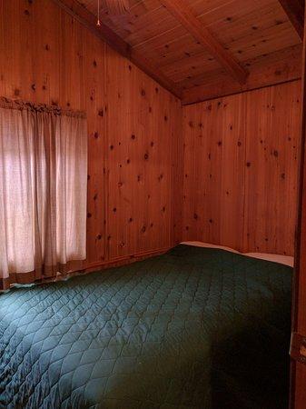 Yosemite Lakes RV Resort: 4-person cabin: bedroom