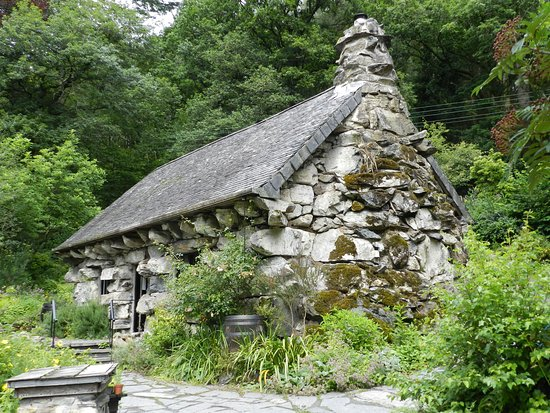 Capel Curig, UK: Front of the Ugly House and garden