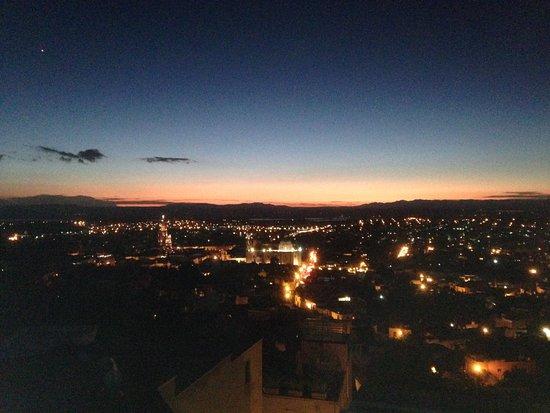 Antigua Capilla Bed and Breakfast: Upper roof area overlooking San Miguel de Allende at sunset.