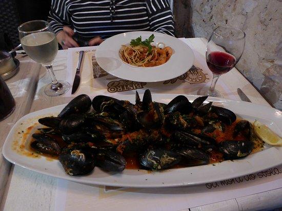 Marinero: killer mussels in tomato sauce