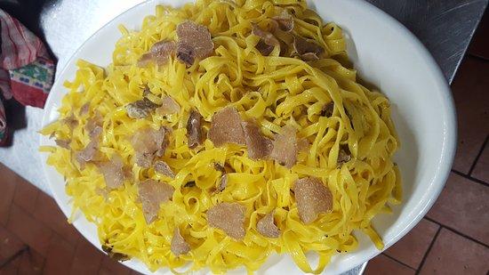 Monte san Martino, Ιταλία: Tagliatelle fatte a casa e tagliata di manzo allevato nella fattoria di Giulietto...il tutto far